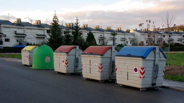Medio Ambiente recuerda que las cajas hay que plegarlas antes de introducirlas en el contenedor