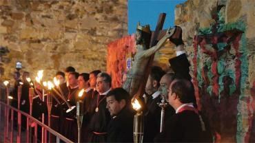 La Hermandad de Jesús Nazareno estrena el paso del Cristo de la Fortaleza en el Vía Crucis Penitencial del Castillo