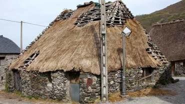 Patrimonio autoriza la inversión de 30.000 € para restaurar la cubierta de una palloza de Balouta