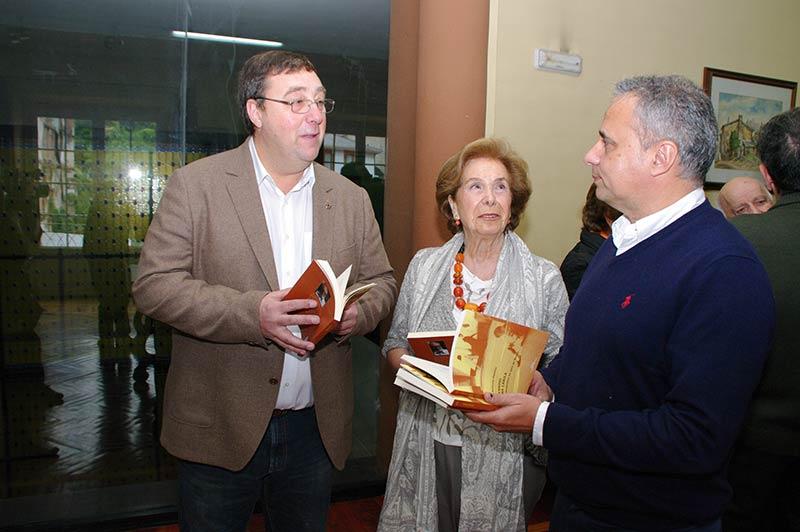 """La Fundación Antonio Pereira dona al Ayuntamiento de Villafranca 70 libros en gallego de """"Cuentos de la Cábila"""""""