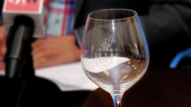 Un comensal del restaurante Cañas premiado con el primer lote de copas del Bierzo