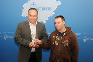Courel entrega los lotes de copas premiados en los sorteos de las Jornadas Gastronómicas