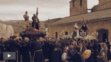 A pasar de la amenaza de lluvia, los trece pasos de la procesión del Entierro recorren el casco antiguo