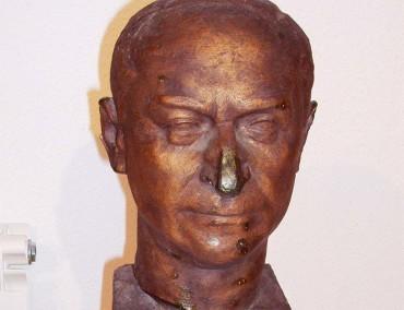 El Museo Alto Bierzo presenta un busto del exalcalde Abelardo López Sarmiento