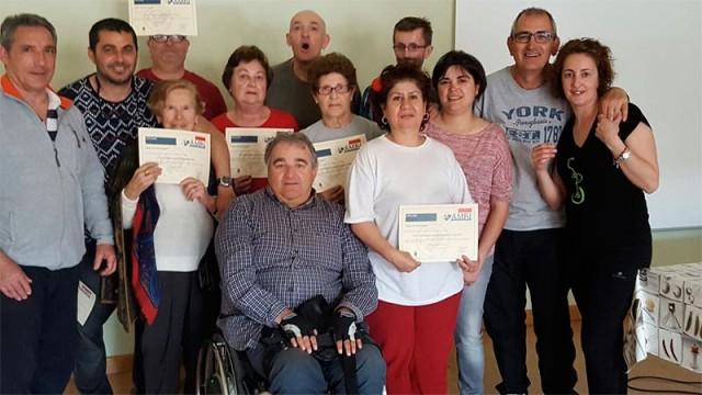 Ambi entrega los diplomas del taller de Risoterpia realizado en Vega de Espinareda