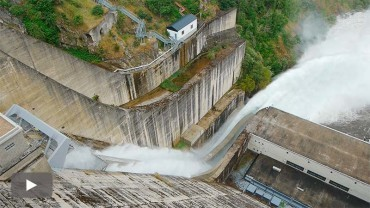 Confederación prueba con éxito la apertura de las dos nuevas compuertas de la presa de Bárcena