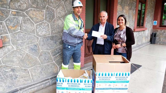 Los trabajadores de Cementos Cosmos entregan 100 Kg de alimentos a Cáritas