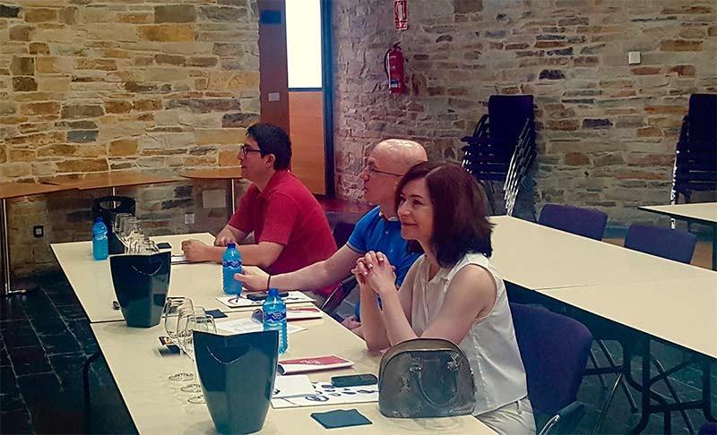 La experta canadiense e importadora de vino Barbara Philip asiste a una cata en el Consejo Regulador de la DO Bierzo