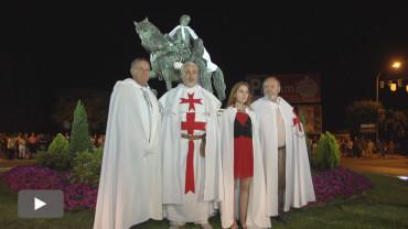 Los Caballeros de Bergidum Templi imponen la capa a Don Álvaro Yáñez