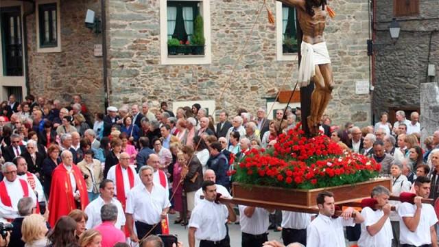 La lluvia da una tregua y Villafranca procesiona al Cristo de la Esperanza