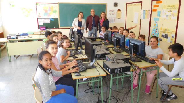 Cementos Cosmos dona 14 ordenadores a dos colegios del Bierzo