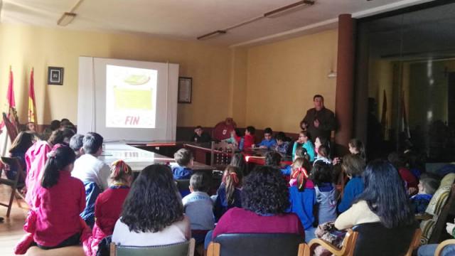 Los alumnos del colegio Divina Pastora visitan el salón de plenos del Ayuntamiento de Villafranca