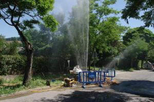 Rotura de una tubería en el barrio de Compostilla. Foto: Raúl C