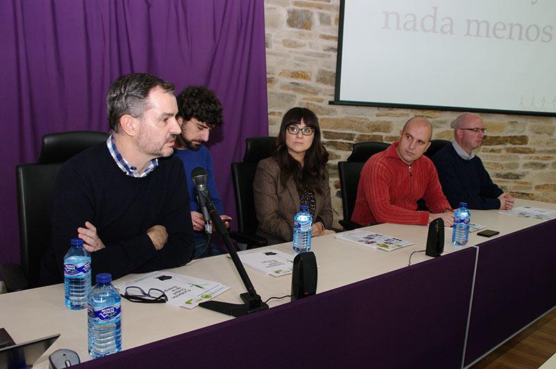 Trabajadores de CIUDEN presentan el proyecto del Biocarbón. Foto: Raúl C.