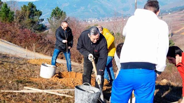 Cementos Cosmos dona 350 árboles para los cursos de Proyecto Hombre en el Bosque Didáctico