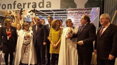 Herrera se interesa por la Noche Templaria en su visita al stand de Ponferrada en Fitur