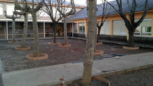 Empiezan las obras en el patio del colegio de Compostilla para evitar las inundaciones