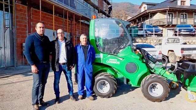 Cementos Cosmos dona una cargadora articulada al Ayuntamiento de Corullón