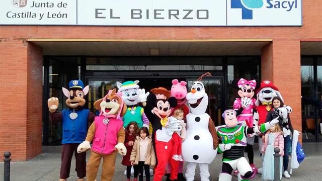 El Hospital del Bierzo recibe la visita de la Patrulla Canina de Cementos Cosmos