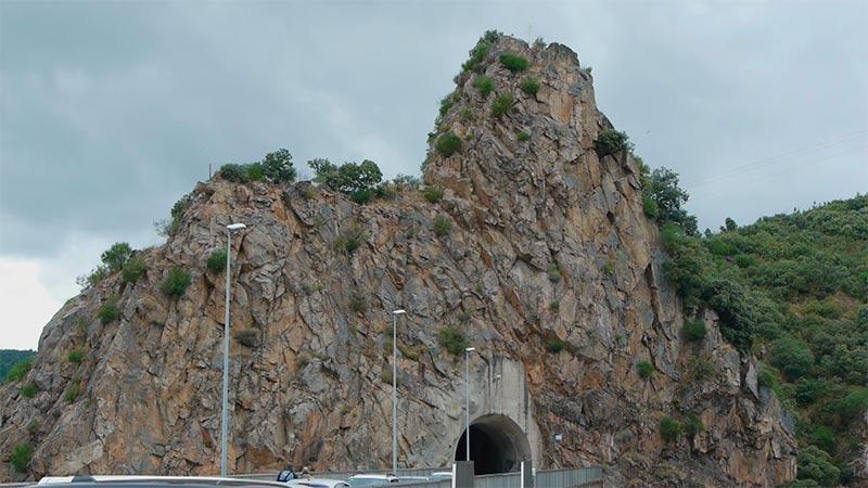 Talud presa del embalse de Bárcena. Foto: Raúl C.