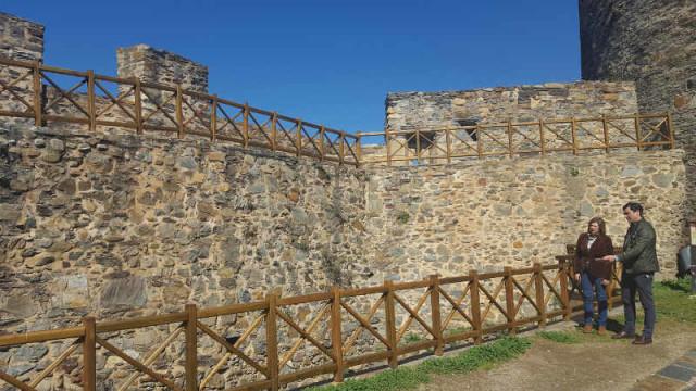 El Ayuntamiento renueva las pasarelas y barandillas del Castillo con 52.815 €