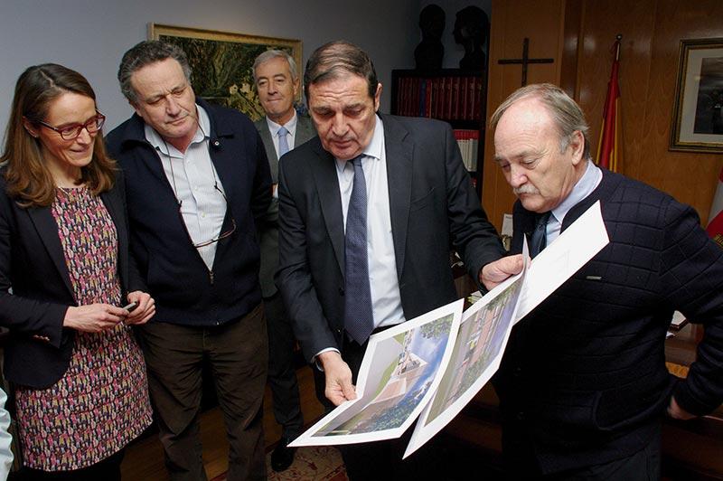 Antonio María Saez presenta al José Manuel Otero el proyecto del Centro de Salud de Bembibre. Foto: Raúl C.