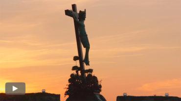 La Real Hermandad de Jesús Nazareno escenifica el viacrucis penitencial en el Castillo