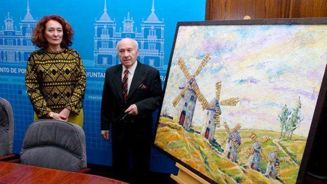 Lupy Hernández dona al Ayuntamiento un cuadro inspirado en el Quijote