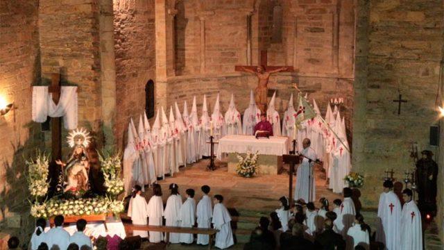 La cofradía de las Angustias y Caballeros de Santiago de Villafranca renueva todas las cruces de sus túnicas
