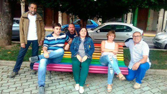 Cacabelos coloca un banco en la Plaza Mayor con los colores de la bandera LGTBI