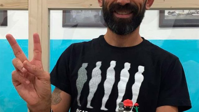 Basurco se fotografía con su réplica Click en la expo 'Villafranca en el Camino'