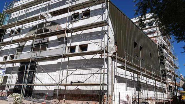 Empiezan las obras de rehabilitación en las fachadas de la Casa de la Cultura de Cubillos del Sil