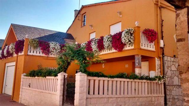 Ángela Voces, de Toral de Merayo, gana el III Concurso de Balcones y Ventanas con Flores de la Encina