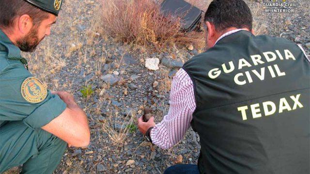 La Guardia Civil destruye en San Pedro de Olleros una granada de mano utilizada en la Guerra Civil