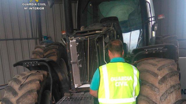 La Guardia Civil detiene a dos personas por sustraer un tractor del interior de una nave agrícola
