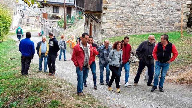 Los habitantes de Compludo piden a la alcaldesa la pavimentación de la plaza y la calle principal