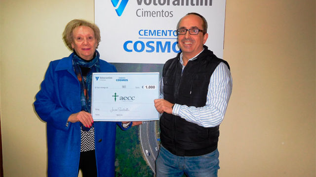 La campaña 'La vuelta al mundo solidaria' de Cementos Cosmos recauda 2.000 euros contra el cáncer
