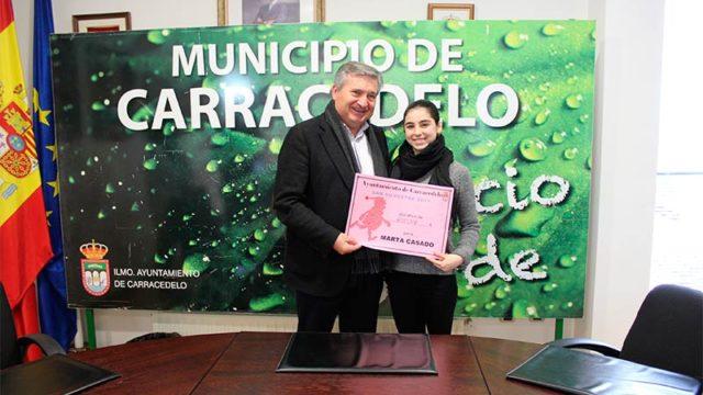 El Ayuntamiento de Carracedelo entrega a Marta Casado los 500 € de la San Silvestre solidaria