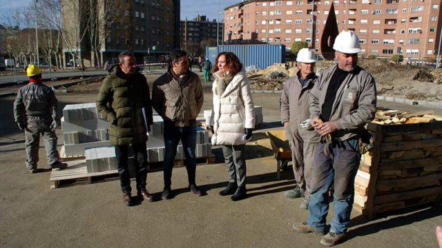 El acondicionamiento de la Plaza de las Mimosas da trabajo a 24 personas
