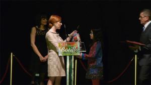 Laura Álvarez entrega un obsequio a la finalista berciana de MasterChef, Esther