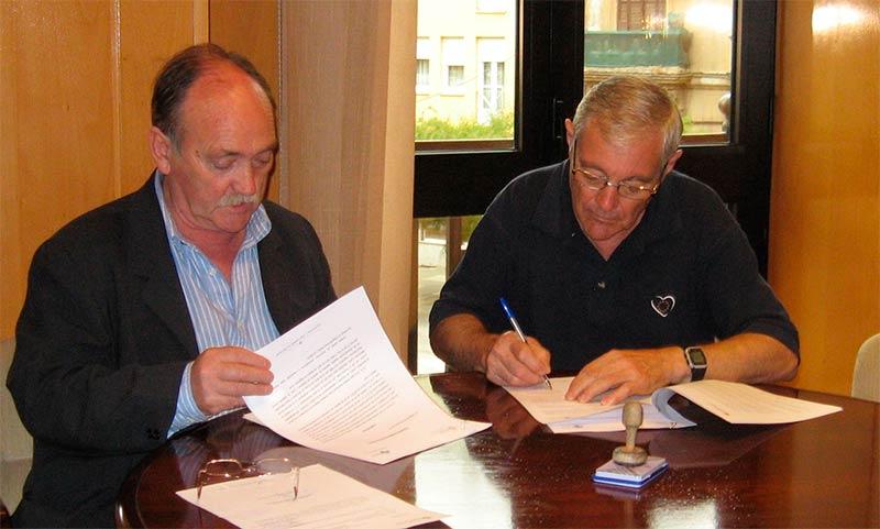 José Andrés Rodríguez y José Manuel Otero firman el convenio de cesión de los terrenos para el Centro de Salud