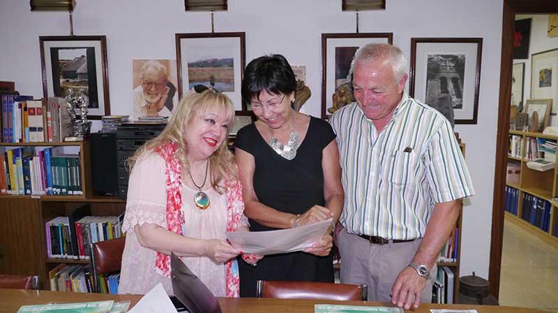 Carmen Busmayor, Mar Palacio y Alfredo de Arriba durante la presentación de los VI Versos en el Hayedo de Busmayor