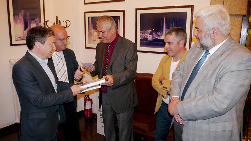 Samuel Folgueral, Emilio Cubelos, Raúl Parrado, Santiago Macías y Luis Suárez en la reunión mantenida en el Ayuntamiento. Foto: Bierzotv