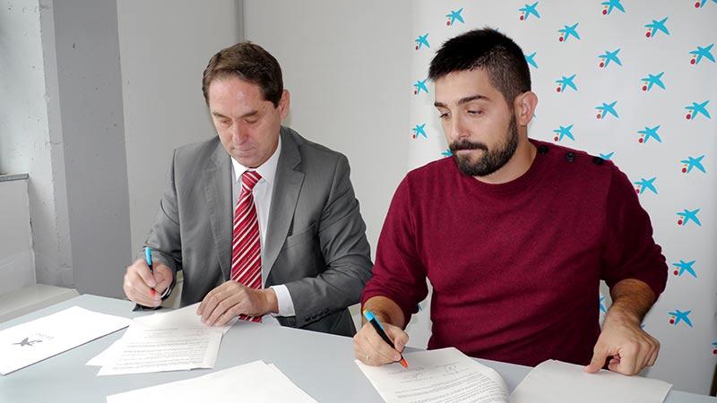 Pablo Sancho, Director del Área de Negocios para el Bierzo de La Caixa y Victorino Escamilla, Secretario de Lexdes, firman el convenio de colaboración.