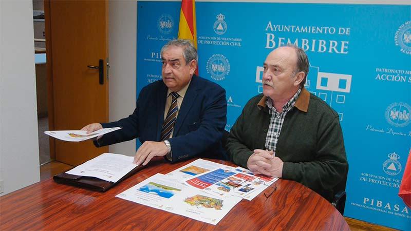 José Manuel Martínez, Profesor emérito ULE, y José Manuel Otero, Alcalde de Bembibre, durante la presentación de la I Semana de la Ciencia en Bembibre.