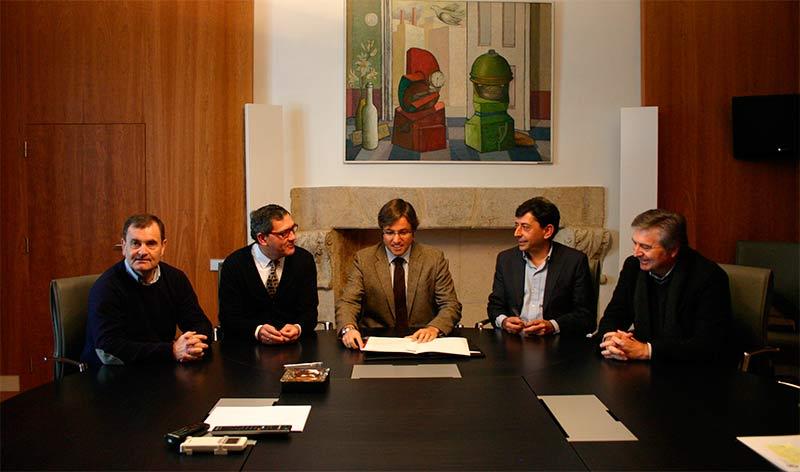Emilio Orejas y Adolfo Canedo firman el convenio de colaboración para la ampliación del Cementerio.