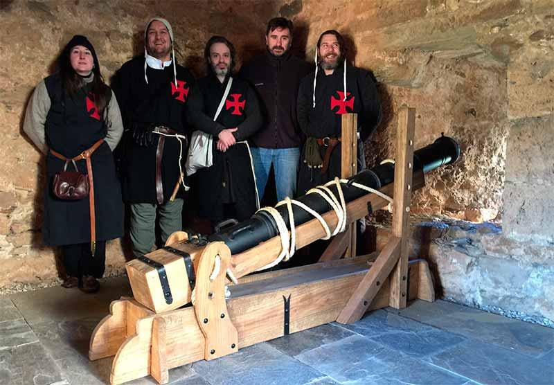 Caballeros de Ulver regala una réplica de una bombarda del siglo XVI para ubicarla en el Castillo de Cornatel.