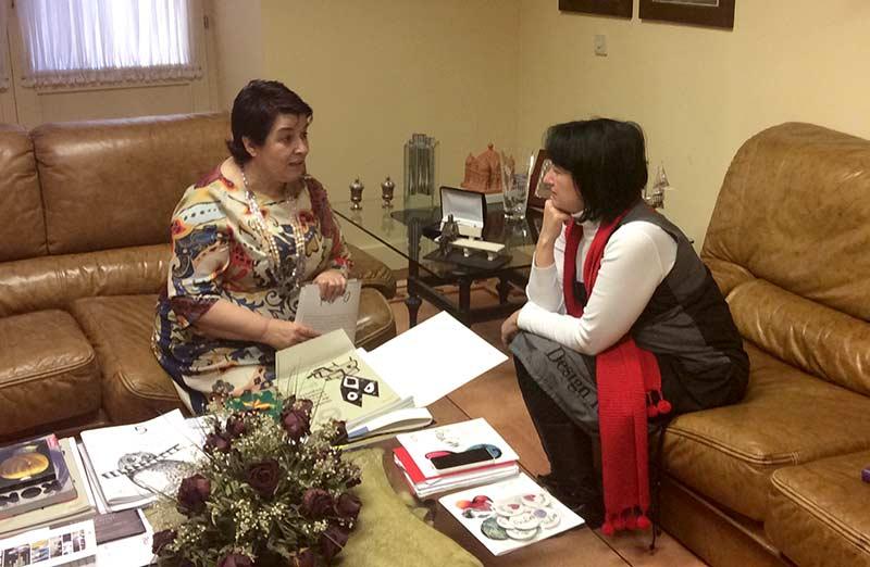 Ángela Marqués en la reunión con la alcaldesa de Segovia, Clara Isabel Luquero.