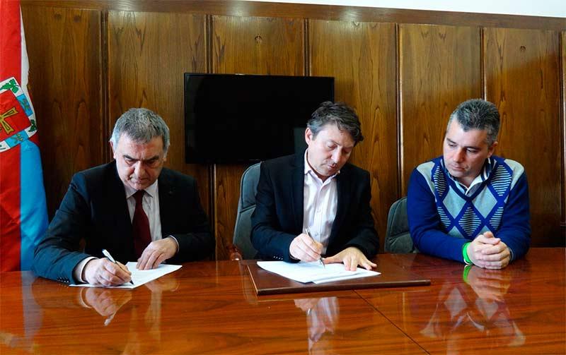 En la imagen, el berciano Manuel González (Presidente de la APC) y el alcalde Samuel Folgueral firman el convenio en presencia del concejal de Cultura, Conservación y Patrimonio Santiago Macías.