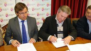 Raúl Valcarce, Alcalde de Carracedelo, firma el Plan Especial de Empleo de la Diputación de León. Foto Bierzotv.